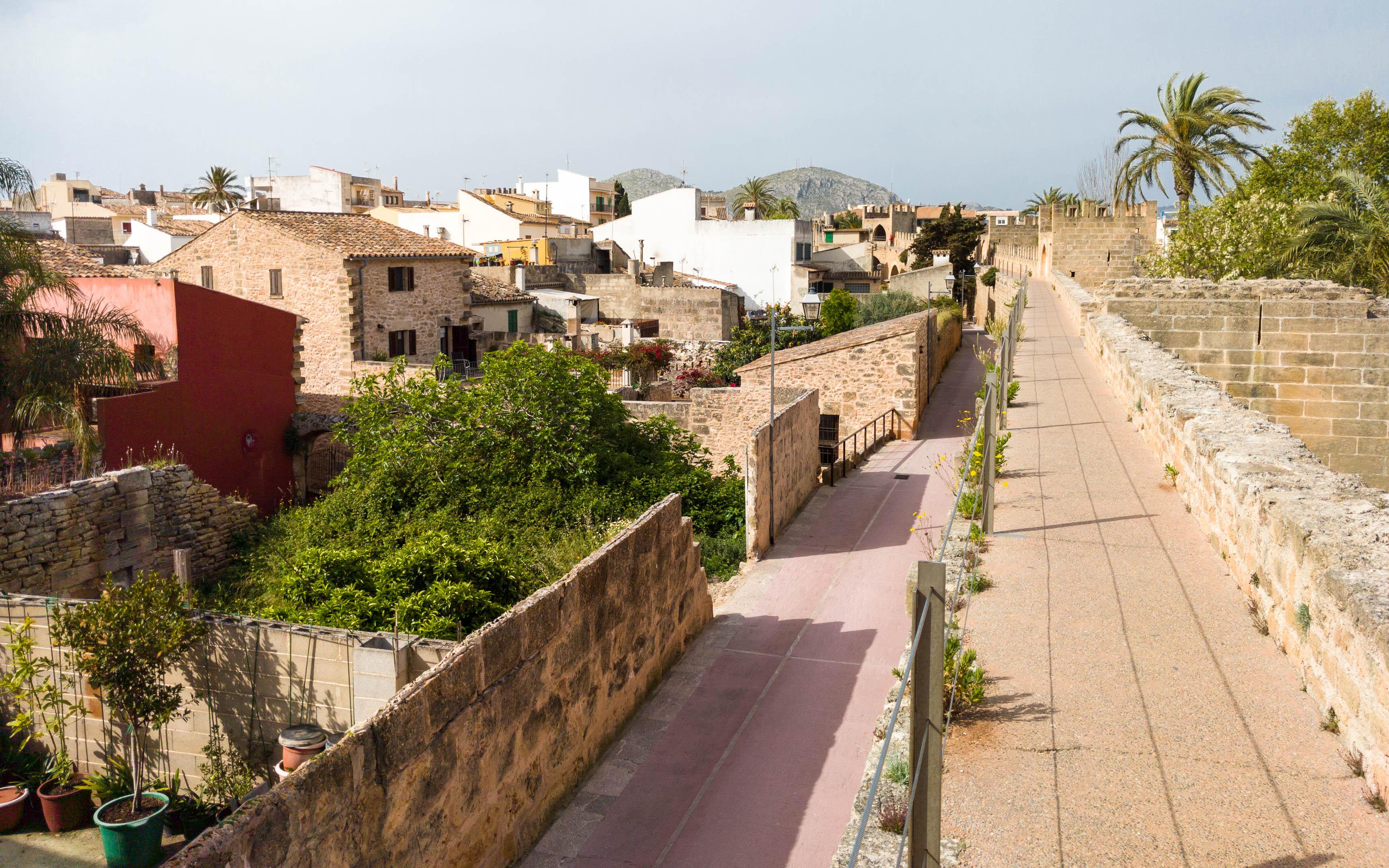 Auf der Stadtmauer (Alcudia)